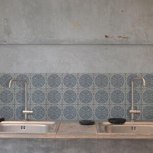 Autocollant déco ciment grece blanc, beige et bleu pour carrelage en béton gris de cuisine