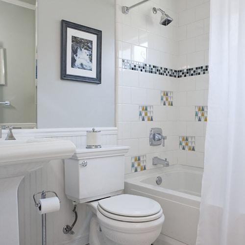 Autocollant déco scandinave lichen triangles blanc, bleu, jaune et gris pour carrelage blanc de salle de bain