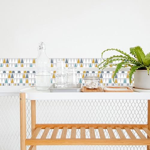 Adhésif scandinave lichen triangles blanc, bleu, jaune et gris pour déco de carrelage blanc de salle à manger