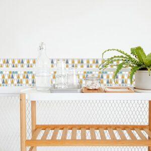 Autocollant décoration scandinave lichen triangles jaune, blanc, bleu et gris pour carrelage blanc de salle à manger