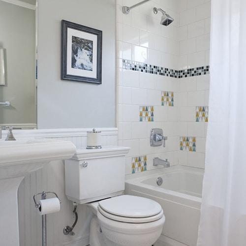 Adhésif triangles jaune, blanc, bleu et gris scandinave lichen pour déco de carrelage blanc de salle de bain