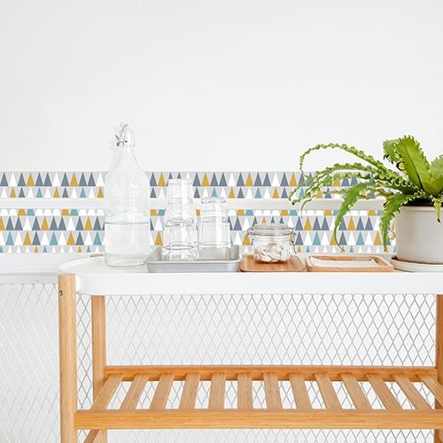 Adhésif scandinave lichen triangles de couleurs jaune, blanc, gris et bleu pour décoration de carrelage blanc de salle à manger