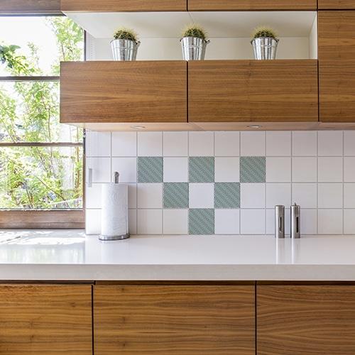 Adhésif décoration effet chevrons pour carrelage blanc dans une cuisine en bois