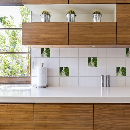 Adhésif effet légumes verts décoration pour carrelage blanc d'une cuisine en bois