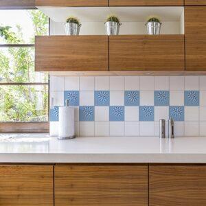 Autocollant déco d'intérieur pour carrelage Neige bleu pour carrelage blanc d'une cuisine en bois
