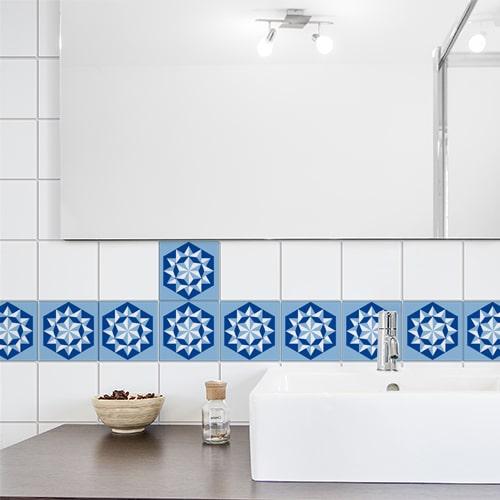 Sticker autocollant déco chevrons bleus collé sur une porte dans une pièce blanche