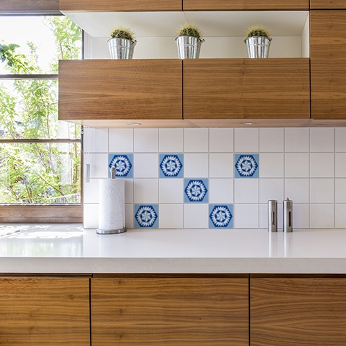 Studio blanc dont la porte est décorée par un sticker adhésif motifs géométriques noirs sur fond blanc
