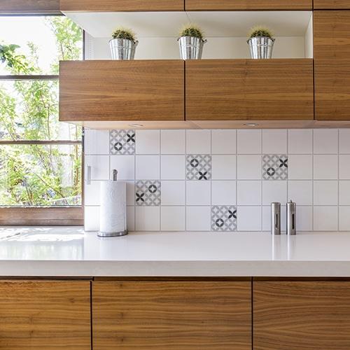 Adhésif céramique noir et blanc déco pour carrelage blanc de cuisine en bois