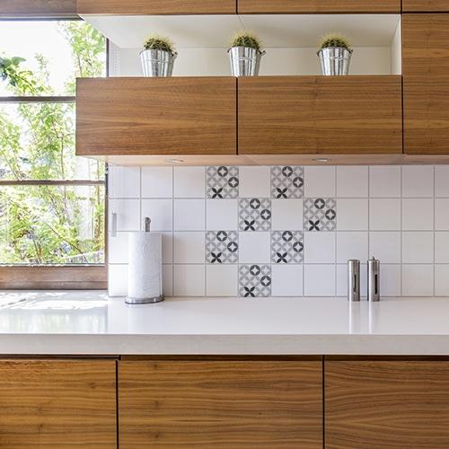 Stickers adhésif céramique noir et blanc pour déco carrelage blanc de cuisine en bois