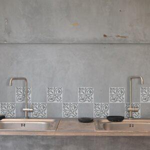 Adhésif décoration ciment baroque gris et blanc pour carrelage en béton gris