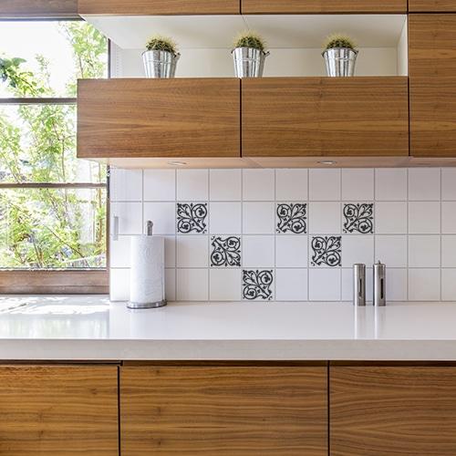 Stickers adhésif ciment baroque décoration gris foncé et blanc pour carrelage blanc pour cuisine en bois