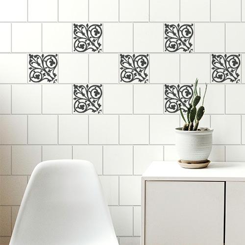 Sticker décoratif adhésif pour carrelage mural style Baroque noir collé au mur d'une pièce à vivre