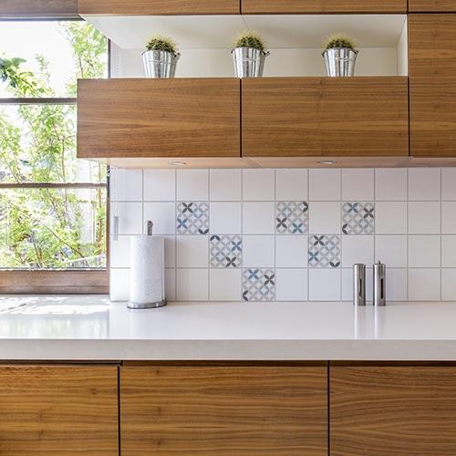 Autocollant décoration carrelage céramique bleu pour cuisine en bois