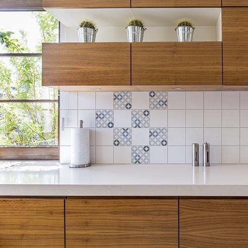 Sticker adhésif céramique bleu déco pour carrelage de cuisine en bois