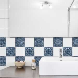 Adhésif déco tomar bleu et beige pour carrelage blanc de salle de bain moderne