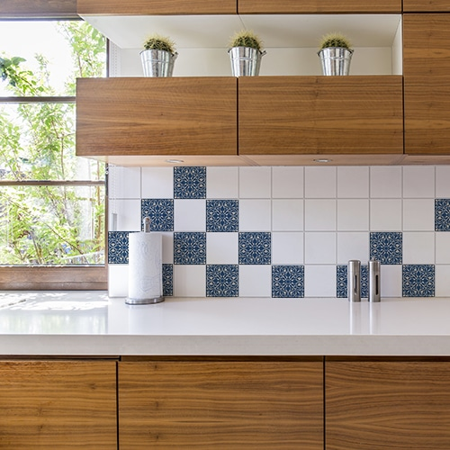 Autocollant tomar bleu et beige pour déco carrelage blanc de cuisine en bois