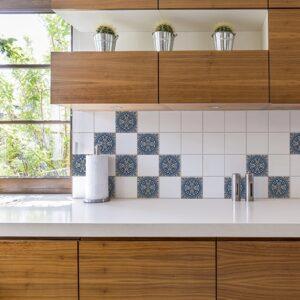 Autocollant décoration tomar bleu et beige pour carrelage blanc de cuisine en bois