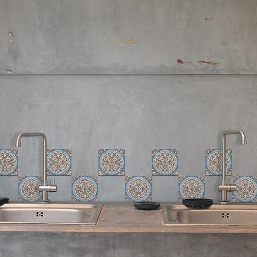 Stickers audhésif Baixa marron et bleu pour décoration carrelage en béton gris