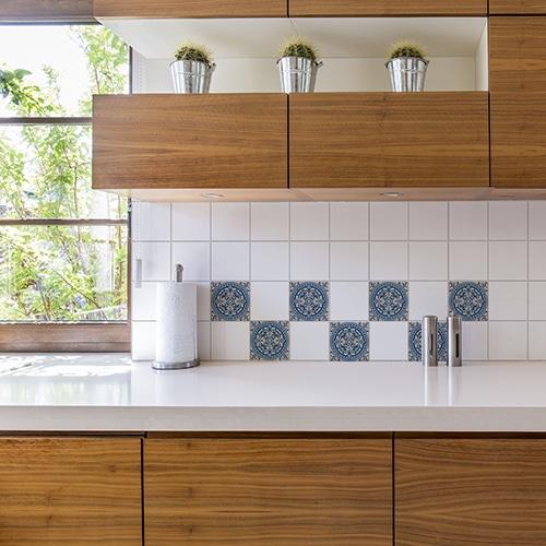 Adhésif décoration Marvao bleu et marron pour carrelage blanc de cuisine en bois