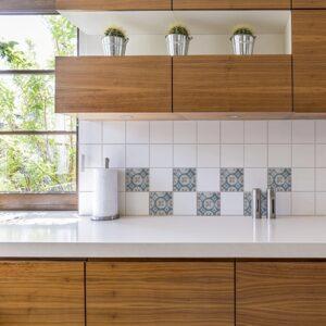 Stickers bleu et marron adhésif marvao pour décoration de carrelage blanc de cuisine en bois