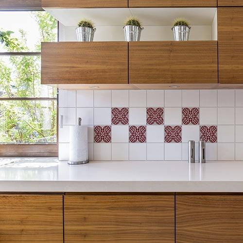 Stickers adhésif déco intérieur gris et rouge Olhao pour carrelage blanc de cuisine en bois