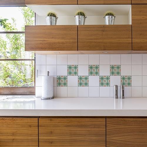 Autocollant Evora marron et vert décoration pour carrelage blanc de cuisine en bois
