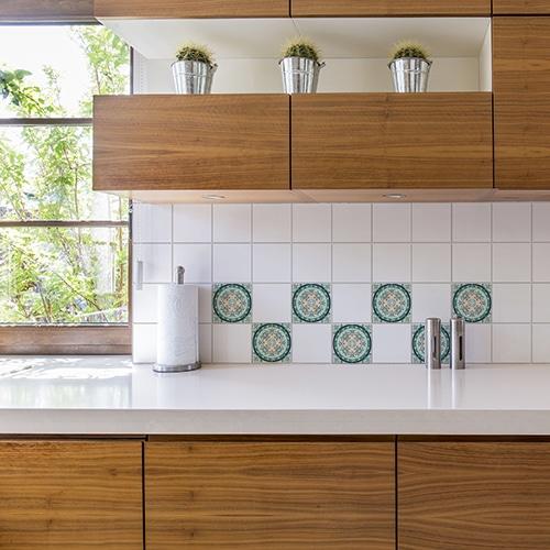 Autocollant Evora gris, vert et marron décoration pour carrelage blanc de cuisine en bois