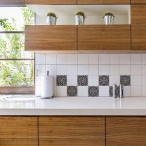 Adhésif décoration Brescia gris pour carrelage blanc de cuisine en bois