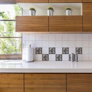 Adhésif déco gris Antico Brescia de carrelage blanc de cuisine en bois