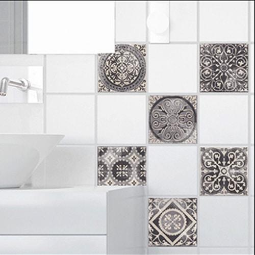 Stickers Antico Brescia effet usé pour carrelage de salle de bain à côté d'un évier