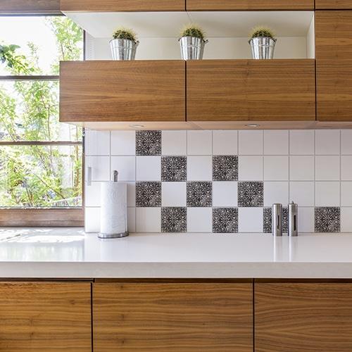 Adhésif Antico brescia noir et blanc déco pour carrelage au dessus d'un évier de cuisine effet vieilli