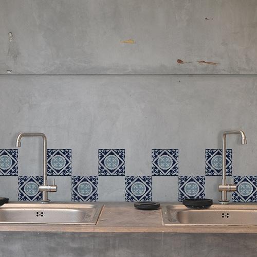 Stickers Monza bleu et blanc déco pour carrelage au dessus d'un évier de cuisine