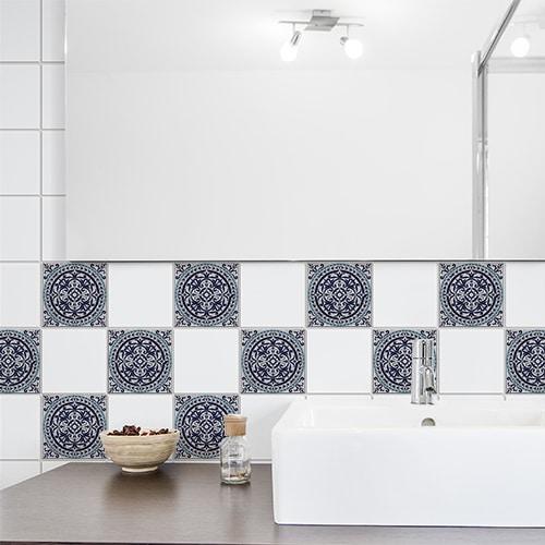 Autocollant Monza décoration bleu pour carrelage blanc de salle de bain moderne