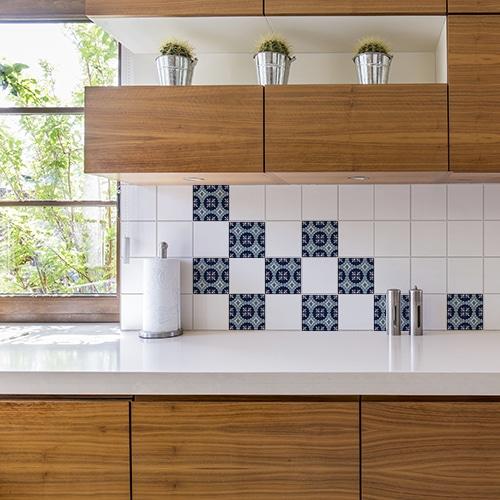 Stickers bleu et blanc Monza déco pour carrelage au dessus d'un évier de cuisine