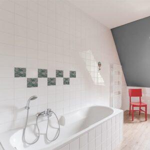Autocollant décoration vert et bleu Antico Forli pour carrelage de salle de bain avec baignoire
