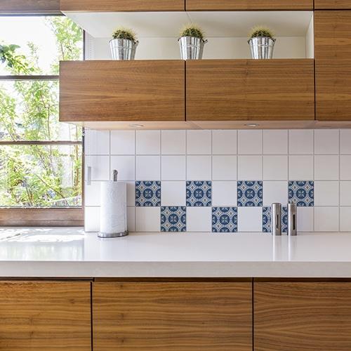 Adhésif mural décoration imitation ciment bleu et beige pour carrelage blanc de cuisine en bois