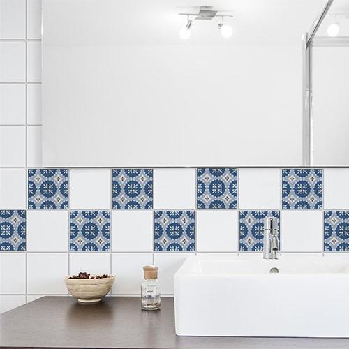 Sticker ciment bleu et beige déco pour carrelage au dessus d'un évier de salle de bain