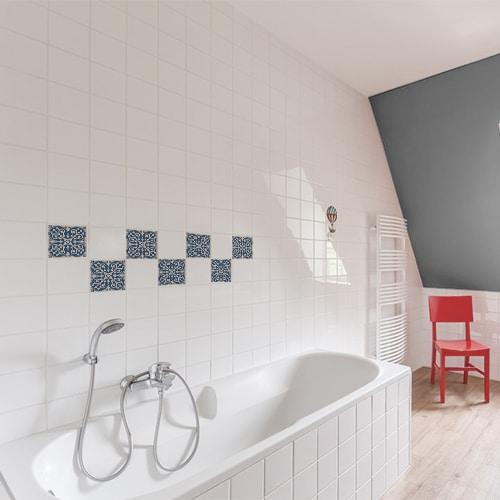 Adhésif ciment bleu et beige pour déco de carrelage de salle de bain avec baignoire