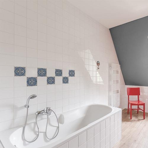 Adhésif décoration carrelage mural de la collection ciment bleu et beige pour salle de bain avec baignoire