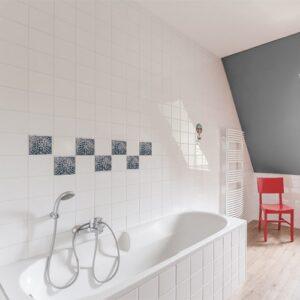 Autocollant Acores déco gris et bleu pour carrelage blanc de salle de bain avec baignoire