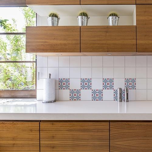 Autocollant imitation ciment rouge et bleu pour déco de carrelage blanc de cuisine en bois