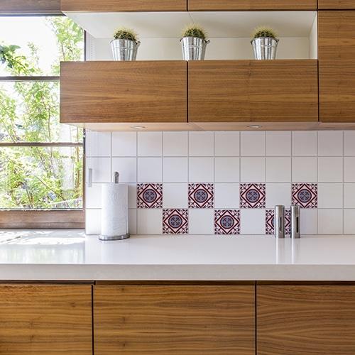 Autocollant déco rouge et bleu imitation ciment pour carrelage blanc de cuisine en bois