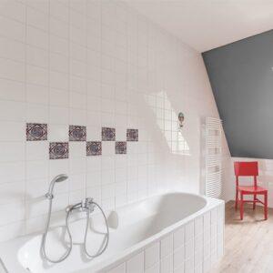 Autocollant déco gris Antico Marvao pour carrelage de salle de bain blanche avec baignoire