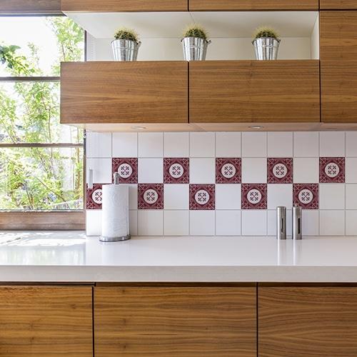 Adhésif ciment rouge pour déco de carrelage blanc de cuisine
