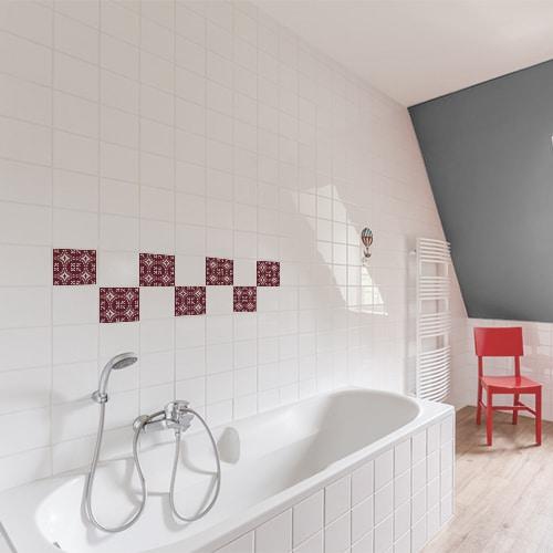Autocollant déco motif ciment rouge pour carrelage de salle de bain blanche avec baignoire