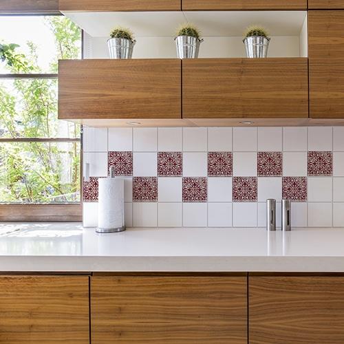 Adhésif déco de carrelage motif Antico Olhao rouge pour cuisine en bois
