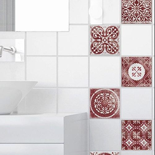 Adhésif sticker décoration gris et rouge Antico Olhao pour carrelage blanc de salle de bain moderne