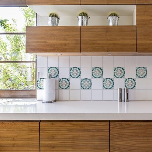Stickers adhésifs vert et orange déco de carrelage au dessus d'un évier de cuisine