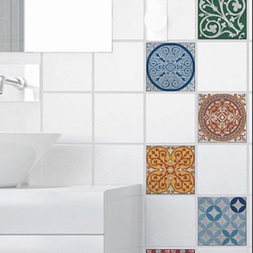 Autocollant déco bleu Naxos pour carrelage blanc de salle de bain moderne