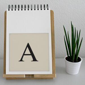 """Adhésif déco beige et noir """"A"""" pour agenda sur un meuble"""